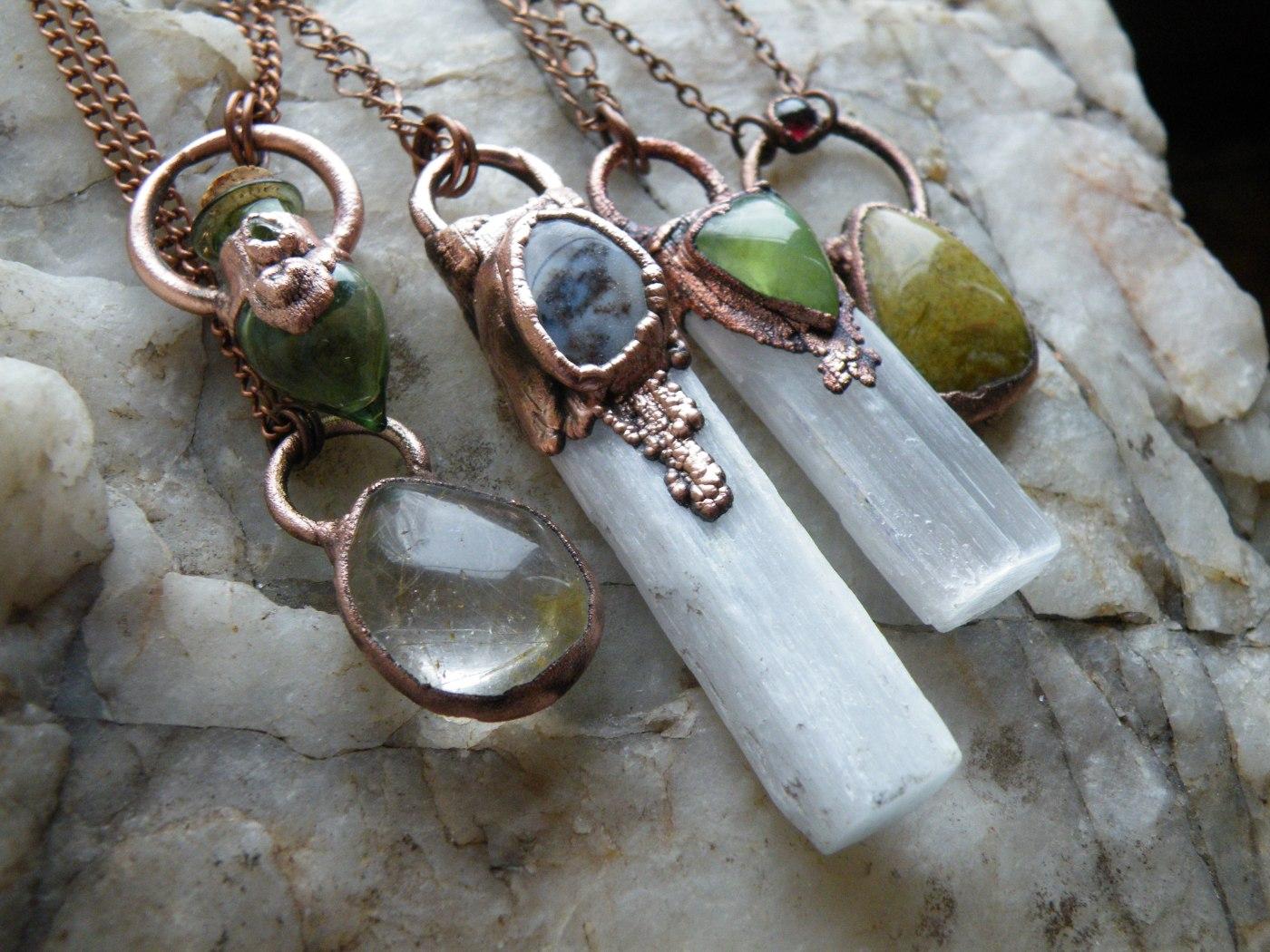 šperky z mědi a krystalů